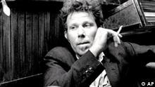 Szenenfoto In einer Szene des Films Coffe and Cigarettes versucht ein Notarzt, dargestellt vom Musiker Tom Waits, mit dem Rauchen aufzuhoeren. Pandora Film