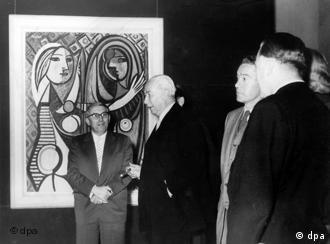 Arnold Bode e presidente Theodor Heuss diante de um quadro de Picasso na 'documenta' 1