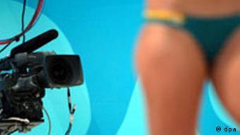 Eine Fernsehkamera und eine knapp bemessene Bekleidung einer mexikanischen Beach-Volleyballerin, Medien Berichterstattung Presse