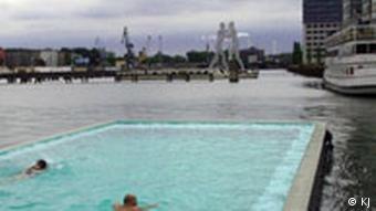 Badeschiff Schwimmender Swimmingpool auf der Spree in Berlin