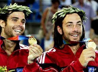 Los chilenos Fernando González y Nicolás Massú celebran en Atenas.