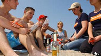 Группа подростков на пляже