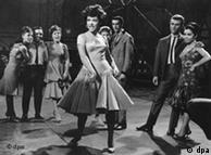 Rita Moreno (centro) em cena no filme 'West Side Story' em 1961