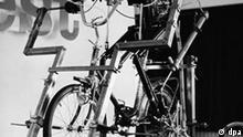 Klapprad im Dauertest Die Stiftung Warentest stellte im Mai 1969 Klappfahrräder auf den Prüfstand. Simuliert werden zügige Fahrten in der Ebene, steile Bergfahrten und andere Belastungen über eine Strecke von 1000 Kilometern.