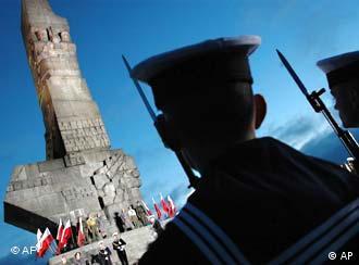Soldados polacos hacen guardia frente al monumento que rememora el inicio de la contienda.