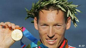 Andreas Dittmer mit Olympia-Gold in Athen 2004. (AP Photo/David Guttenfelder)