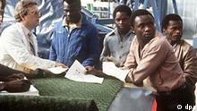 Jan Shepard (l), der Ausbilder der Elektriker, im Gespräch mit jungen Afrikanern. (Undatierte Aufnahme). Im Ausbildungszentrum von Dornier in Bayern werden Lehrgangsteilnehmer aus Entwicklungsländern zu qualifiziertem Personal ausgebildet.
