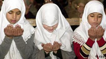Drei muslimische Mädchen beten am 23.11.2001 während des Fastenmonats Ramadan in der Dschamia Masdschid (Jamia Masjid) Moschee in Srinagar in Kaschmir.