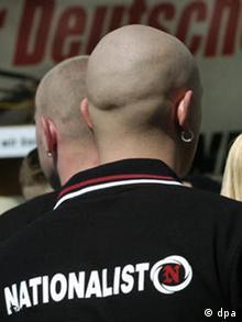 Kahlgeschorene Demonstranten stehen am Samstag (01.05.2004) in Berlin in einer Gruppe von rechtsextremen NPD-Anhängern