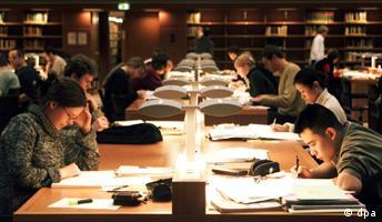 Fleißig lernen Studenten im Lesesaal der Sächsischen Landesbibliothek für ihre Prüfungen