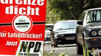 Plakate der rechtsextremen NPD, auf denen die Schließung der Grenze für Lohndrücker gefordert wird, hängen am 16.08.2004 an Lichtmasten einer verkehrsreichen Straße in Leipzig