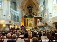 Na igreja tradicional a ordem é 'sentar e ficar calado'