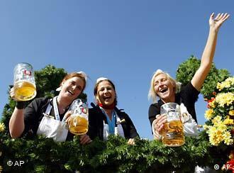 Lachende Frauen mit Bier in der Hand