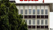 Außenansicht des Sitzes der WAZ-Mediengruppe in Essen, aufgenommen am 10.6.2002. Ein Konsortium unter Führung der WAZ-Gruppe steht kurz vor einer milliardenschweren Übernahme der Kernstücke der insolventen KirchMedia. Es ist richtig, dass es Verhandlungen gibt, sagte Gerhard Schute von der WAZ-Gruppe am 10. Juni 2002 der dpa in Essen. Nach dpa-Informationen verhandelt die Essener WAZ-Gruppe in einem Konsortium mit der Commerzbank und dem Hollywood-Studio Columbia TriStar. Eine Einigung steht demnach kurz bevor. Zur KirchMedia gehören vor allem der TV-Konzern ProSiebenSAT.1 und der Rechtehandel. Die Gespräche seien weit fortgeschritten, hieß es in Branchenkreisen. Es sei aber noch ein Gegenangebot eines anderen Interessenten denkbar.