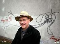Harald Naegeli diante de uma das poucas obras que restaram de sua arte em Zurique