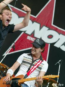 Band Donots bei dem Auftritt ihrer Band am 26.6.2004 auf dem Hurricane Open Air Festival in Scheeßel.