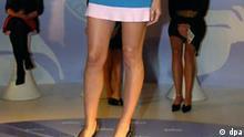 Top-Model Heidi Klum zeigt am 01.10.2004 auf einer Werbeveranstaltung bei Karstadt in Hamburg ihre glatten Beine. Klum hat nach eigenen Angaben unterschiedlich wertvolle Beine. Die Beine wurden kürzlich in London von einem Auktionshaus auf 1,6 Millionen Euro geschätzt. An einem Bein habe sie allerdings eine kleine Narbe, weil sie irgendwann einmal gefallen sei. Das gab dann gleich Punktabzug, erzählte sie. Die Firma Braun, für deren Epiliergeräte Klum wirbt, habe ihre Beine anschließend auf diese Summe versichern lassen. Foto: Kay Nietfeld dpa