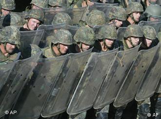 Gegen die Anschuldigungen gewappnet? Soldaten im Kosovo