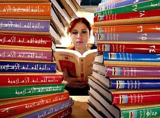 ما سر نجاح رواية مقارنة بأخرى؟ ولماذا يقبل العربي على أدب بطابع اجتماعي وسياسي؟