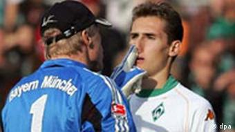 Oliver Kahn pokes his finger into the face of Miroslav Klose, then of Werder Bremen