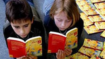 Kinder lesen im Welttags-Kinderbuch