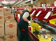 Una empleada de la fábrica Würth, prepara un pedido.