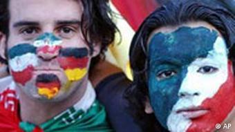 طرفدار فوتبال بر چهرهی خود پرچمهای آلمان و ایران را نقش کرده است