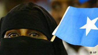 Neuer Präsident in Somalia Frau mit Kopftuch und Flagge