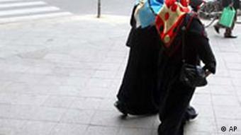 Türkinnen mit Kopftuch in Berlin Straße