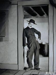 "Charlie Caplin on the set for The Pilgrim, Hollywood 1922 Shooting Stalin. ""Die wunderbaren Jahre"" des Photographen James Abbe (1883-1973)"
