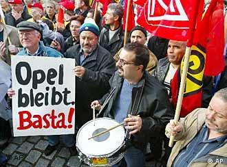 Ouvriers d'Opel manifestant devant l'usine de Rüsselsheim