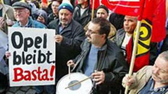 Opel-Arbeiter demonstrieren, Plakat: Opel bleibt Basta!
