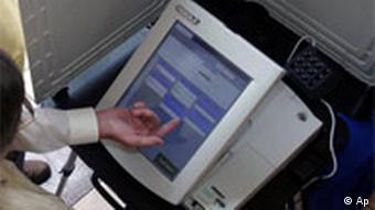 Diebold Elektronische Wahlmaschine Touch-screen electronic voting machine, photo US-Wahlen 2004