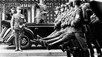 Männer der SA marchieren im Stechschritt an Adolf Hitler vorbei 1938