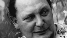 Reichsmarschall Hermann Göring 1945 nach seiner Gefangennahme durch die Amerikaner. Mit Himmler und Goebbels war er der dritte Gefährte von Adolf Hitler, der von Beginn an dessen Weg in blindem Gehorsam folgte. Nach der Gründung der Gestapo 1933/34 organisierte Göring die brutale Unterdrückung der Opposition und zusammen mit Himmler die Errichtung der Konzentrationslager. Der Nationalsozialist Göring war einer der Hauptverantwortlichen für den Einsatz ausländischer Zwangsarbeiter und für die Maßnahmen zur Vernichtung der Juden. Er wurde am 12. Januar 1893 in Marienbad bei Rosenheim geboren und hat am 15. Oktober 1946 in Nürnberg Selbstmord begangen