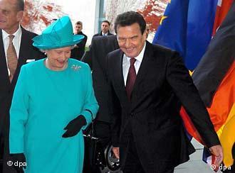 Isabel II junto con el canciller Gerhard Schröder en Berlín.