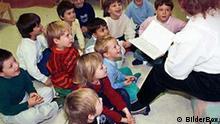 Kinder bekommen eine Gesichte im Kindergarten vorgelesen