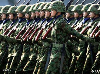 marschierende Truppe weiblicher Soldaten: Mitglieder japanischen Bodentruppen