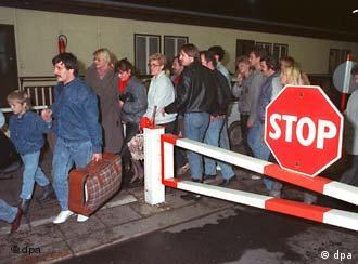 eine Menschenmenge an einem Grenzübergang