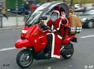Weihnachtsmann auf Motorroller. Quelle: ap