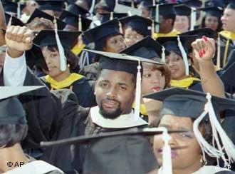Выпускники университета с дипломами