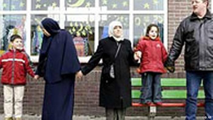 Niederlande: Freundschaftskette von Muslimen und Niederländern an der Schule in Eindhoven (AP)