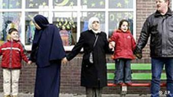 Niederlande: Freundschaftskette von Muslimen und Niederländern an der Schule in Eindhoven