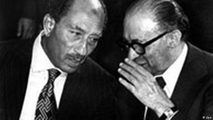 Anwar El Sadat trifft sich mit Menachim Begin (r) in Israel (dpa)