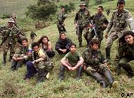 Niños combatientes de las FARC, capturados por soldados colombianos.