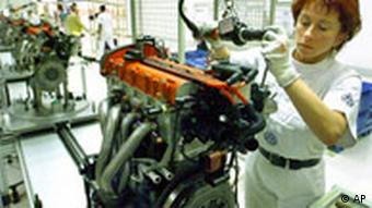 Einen Motor fuer den VW Polo GTI montiert Martina Omerovic an der Montagelinie im Werk des Autobauers Volkswagen