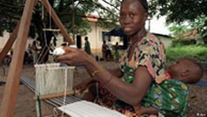 Frau mit Webstuhl in Sierra Leone (dpa)