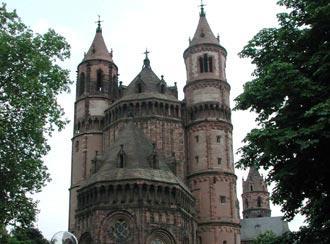 A imponente catedral domina a paisagem do centro histórico