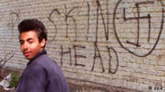 Schwarzer Mann vor Hakenkreuz- Graffiti