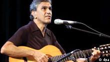 Der brasilianische Sänger und Gitarrist Caetano Veloso tritt am 15.7.2003 in Florenz auf.